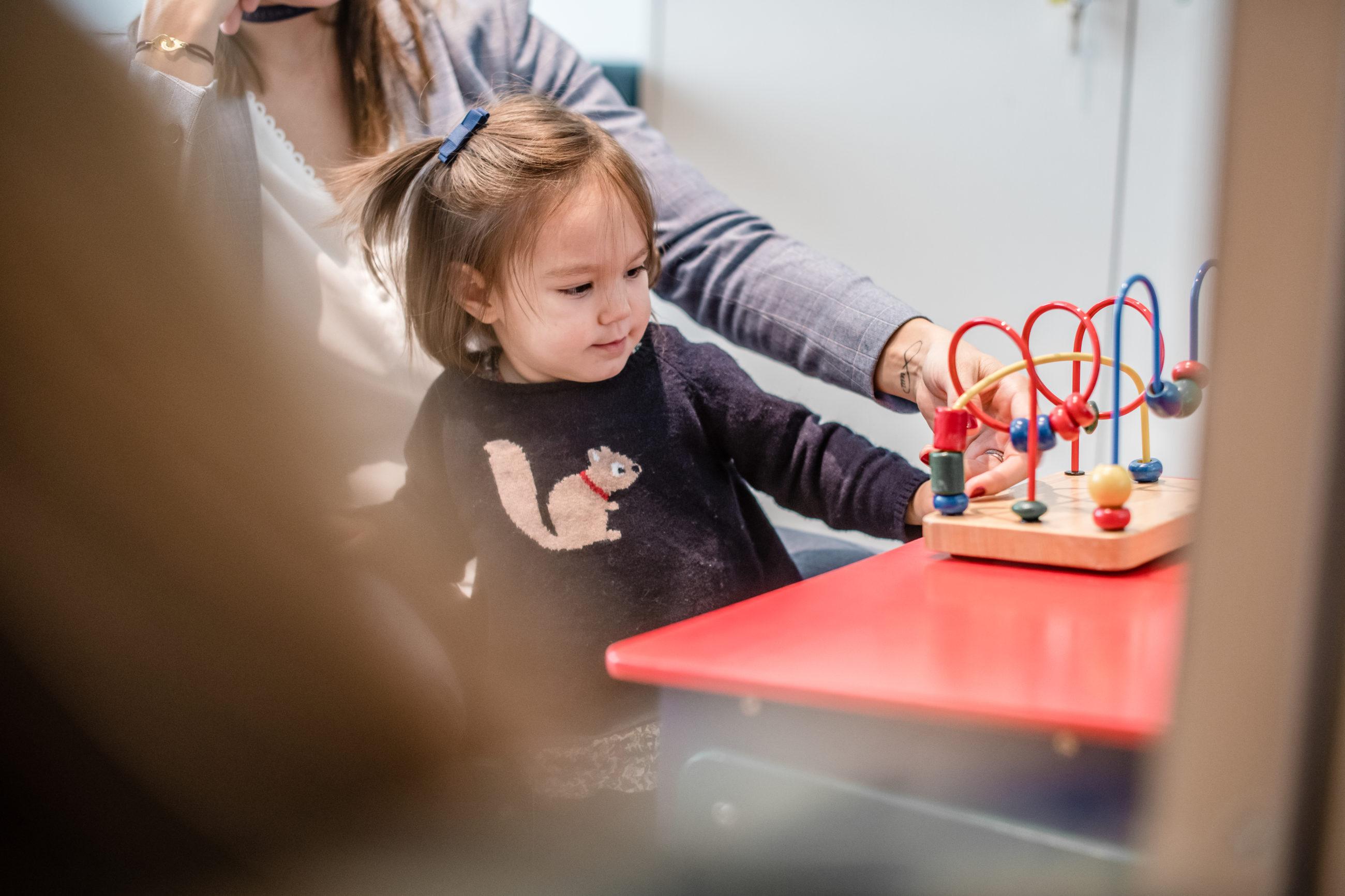 Petite fille à la garde pédiatrique