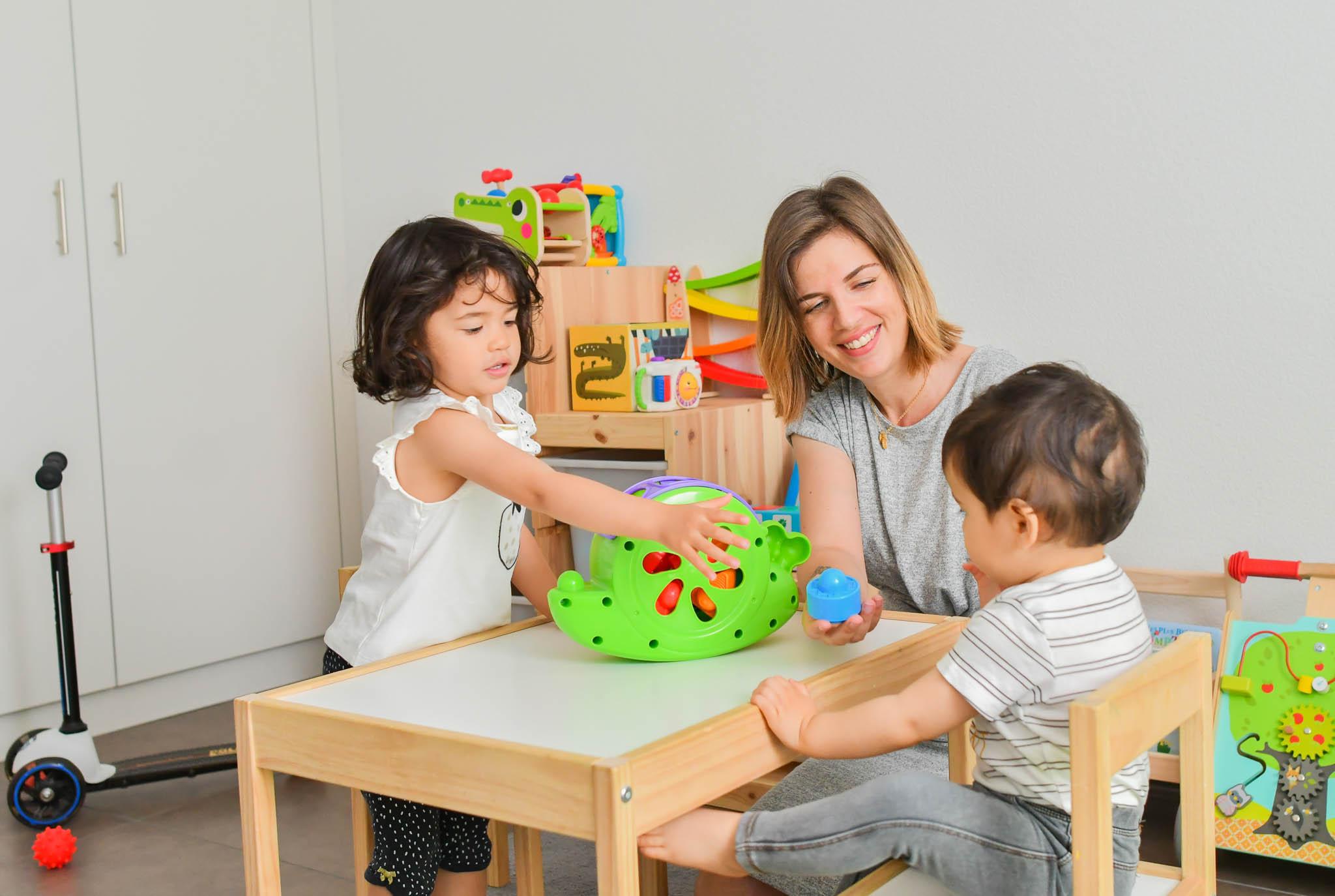 Enfants jouant dans leur chambre avec leur maman.