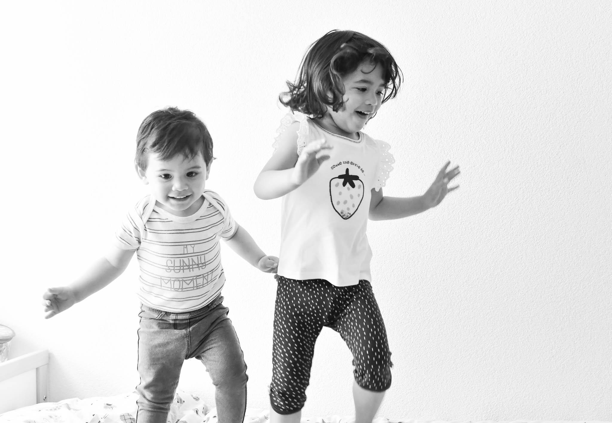 Enfants sautent sur leur lit.
